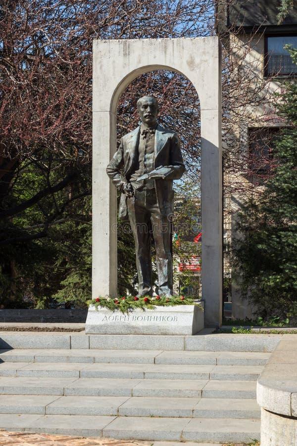 SHUMEN BULGARIEN - APRIL 10, 2017: Monument av Dobri Voynikov i stad av Shumen arkivbild