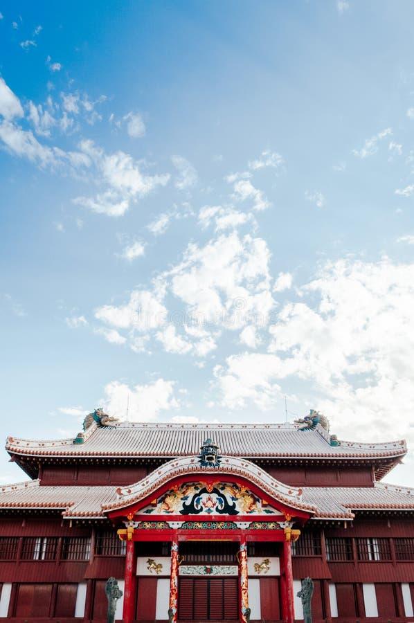 Shuri kasztel pod jasnym niebieskim niebem, Naha, Okinawa, Japonia obrazy royalty free