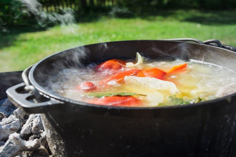 Shurpasoep in een grote gietijzerketel openlucht De zomervoedsel voor stijging Turkse keuken stock fotografie