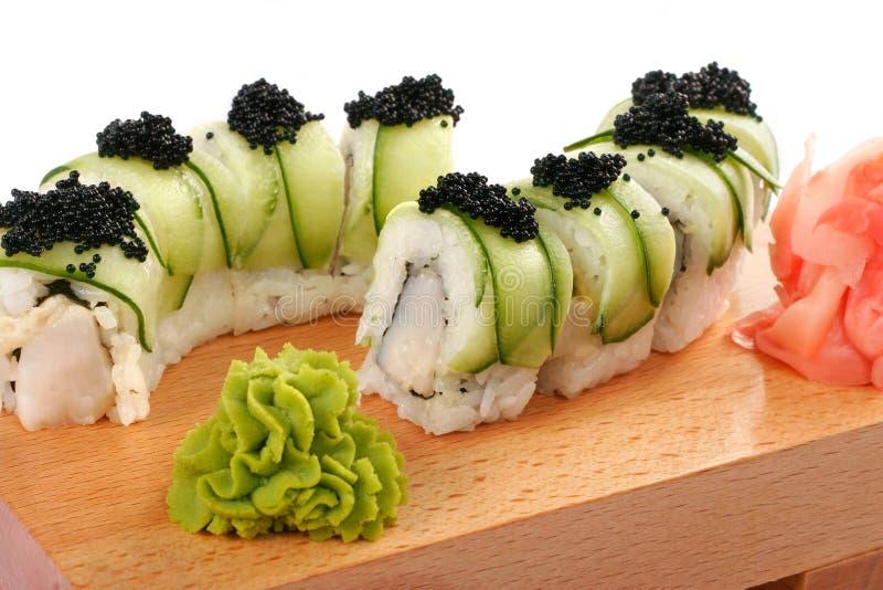 Shushi y caviar negro imagen de archivo