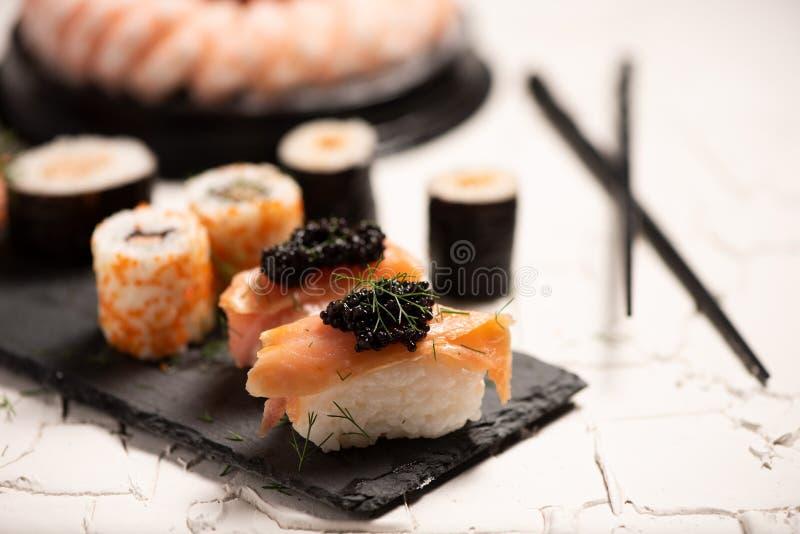 Shushi y caviar negro fotos de archivo libres de regalías