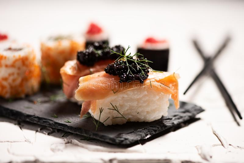 Shushi y caviar negro imagenes de archivo