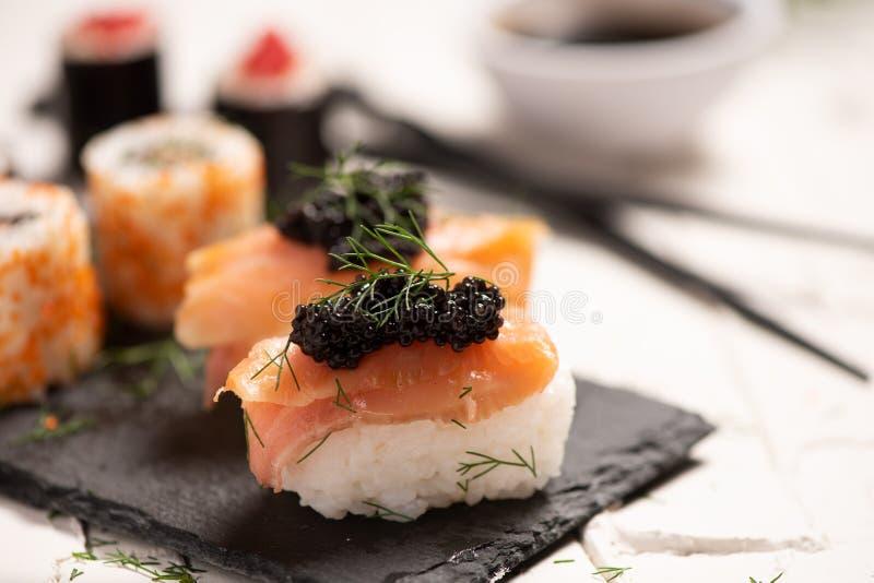 Shushi y caviar negro foto de archivo