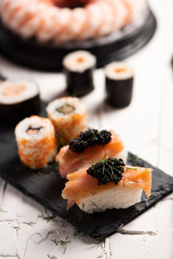 Shushi y caviar negro foto de archivo libre de regalías