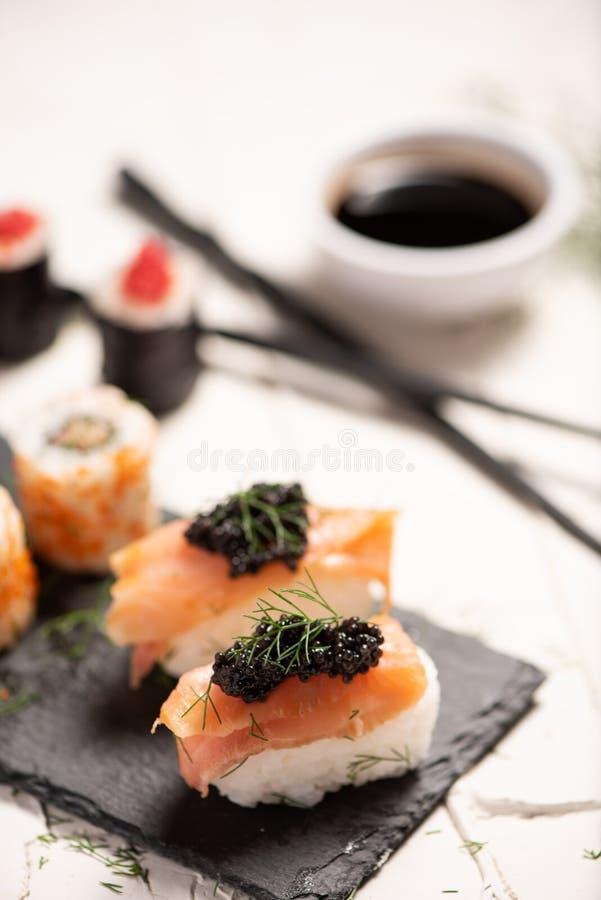 Shushi y caviar negro imágenes de archivo libres de regalías