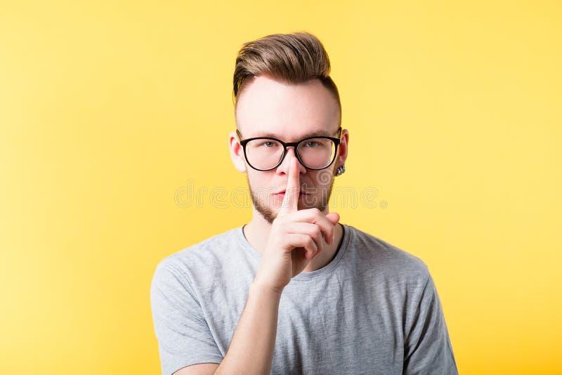 Shushing έκφραση του προσώπου ατόμων σιωπής Shh μυστική στοκ εικόνα με δικαίωμα ελεύθερης χρήσης