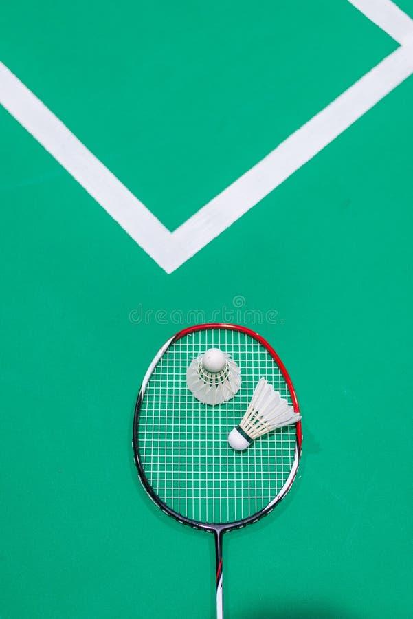 shuttercock auf Federballschläger auf grünem Gericht lizenzfreies stockfoto