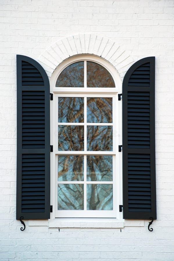 Shuttered Fenster lizenzfreies stockbild