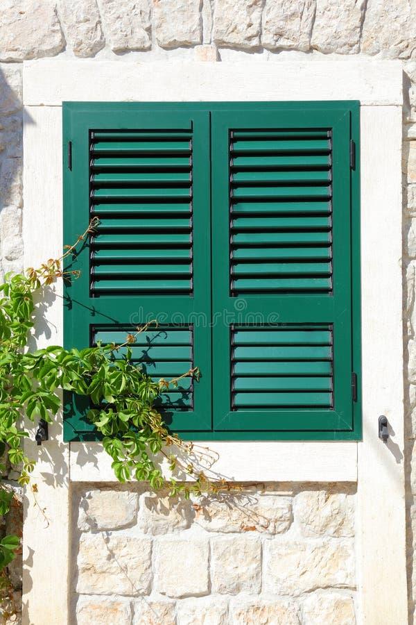 shutters det träfönstret arkivbilder