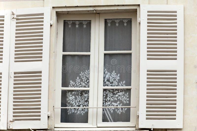 shutters det vita fönstret royaltyfri foto