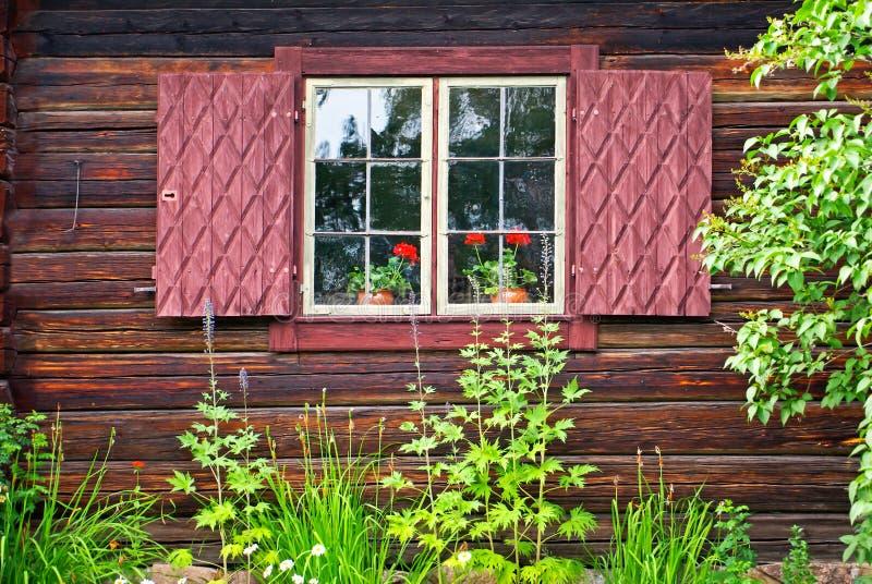 shutters fönstret arkivbild