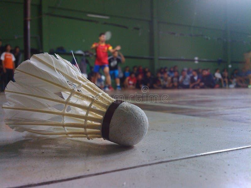 Shuttle in de kant van badmintongebied stock fotografie
