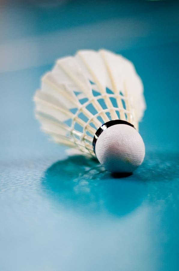 shuttlecock för racquet för badmintonbollspel inomhus fotografering för bildbyråer