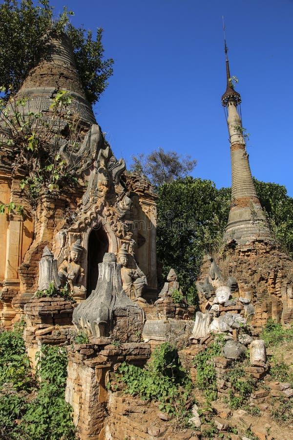 Shwe gästgivargårdDain Pagoda komplex i Indein byInle sjön Myanmar arkivfoton