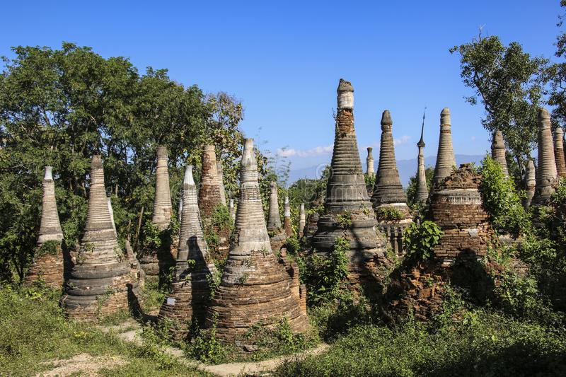 Shwe gästgivargårdDain Pagoda komplex i Indein byInle sjön Myanmar royaltyfri foto
