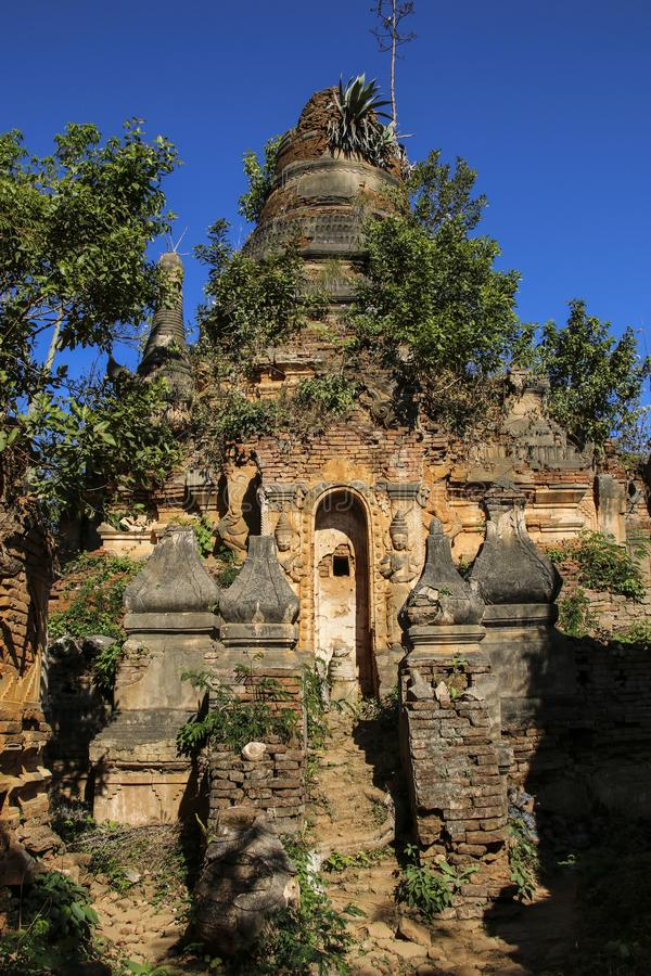 Shwe gästgivargårdDain Pagoda komplex i Indein byInle sjön Myanmar arkivbilder