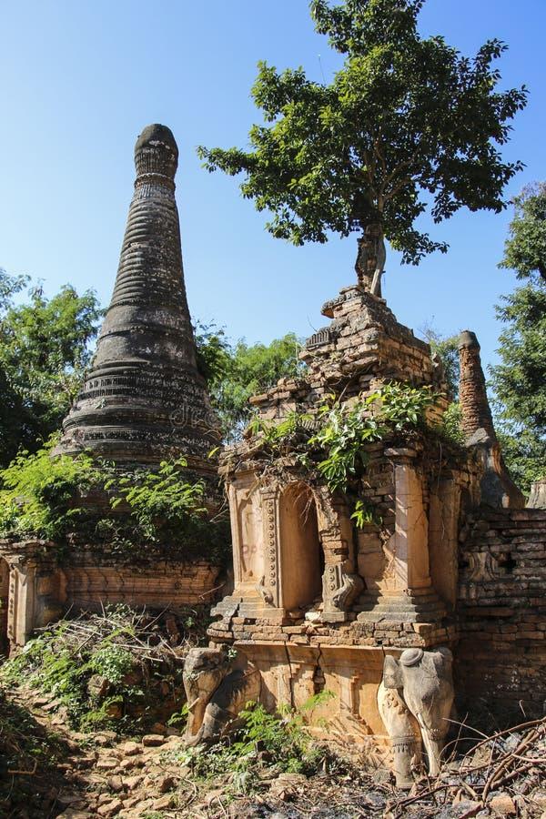 Shwe gästgivargårdDain Pagoda komplex i Indein byInle sjön Myanmar fotografering för bildbyråer