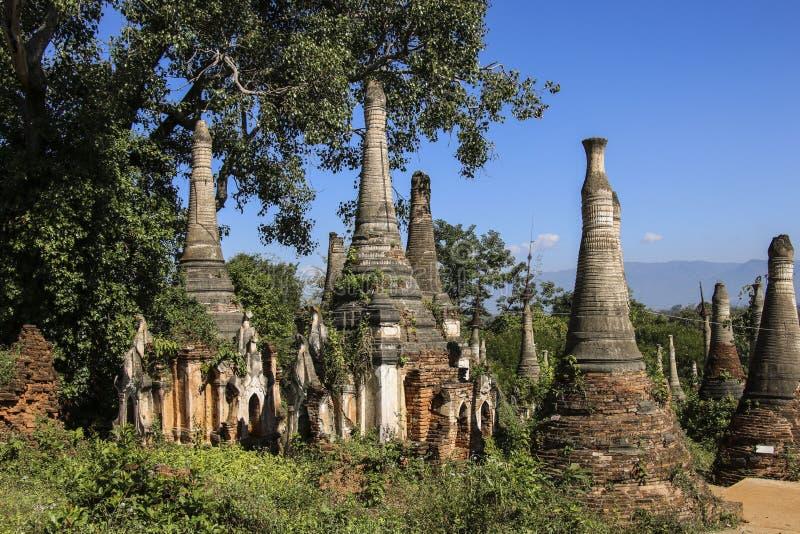 Shwe gästgivargårdDain Pagoda komplex i Indein byInle sjön Myanmar royaltyfri fotografi