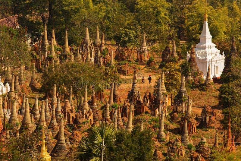 Shwe Indein - endroit sacré près de lac Inle, Myanmar photos libres de droits