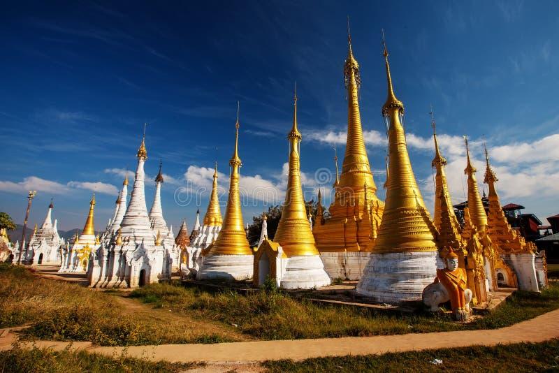 Shwe Indein - lugar sagrado perto do lago Inle, Myanmar imagem de stock
