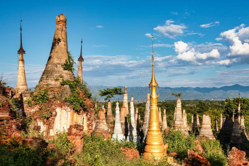 Shwe Indein pagoder i byn av Indein, Myanmar fotografering för bildbyråer