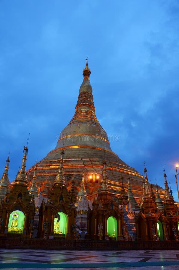 Shwedagon塔或伟大的Dagon塔位于仰光的夜间的,缅甸 库存图片