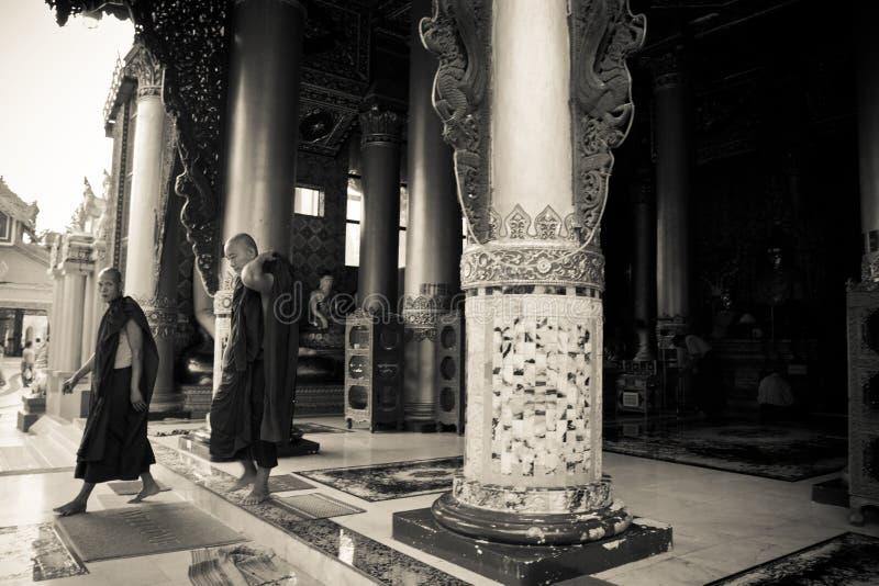 Shwedagon塔,仰光,缅甸的两名修士 免版税库存图片