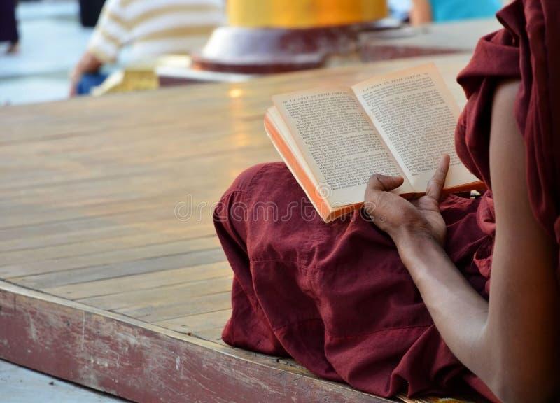Shwedagon塔2015年3月9日在仰光 修士阅读书 免版税库存照片