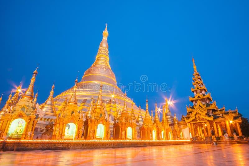 Shwedagon золотая пагода загоренная в вечере в Янгоне стоковое изображение
