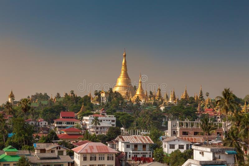 Shwedagon pagod i en morgon royaltyfria bilder