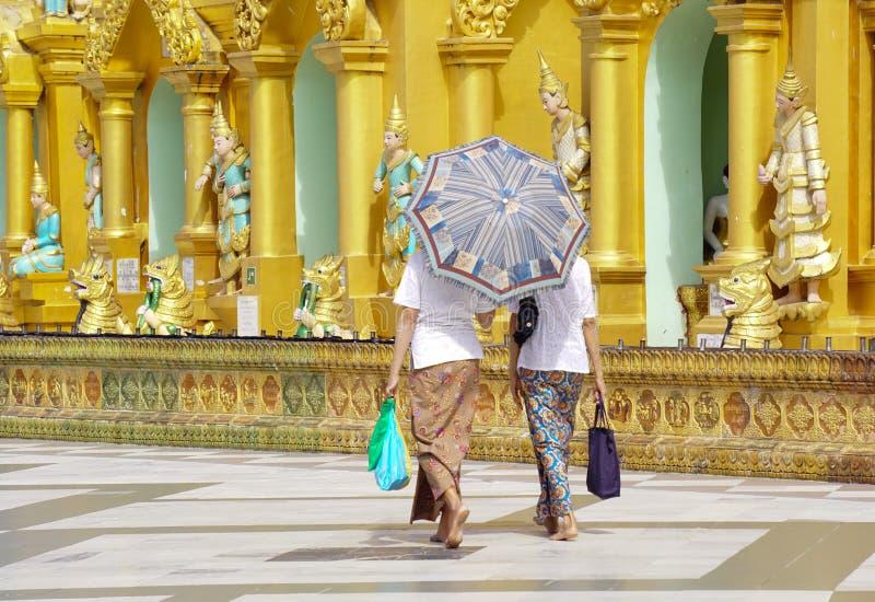 Shwedagon pagod i Yangon, Myanmar royaltyfria foton