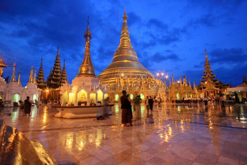 Shwedagon pagod med reflexion och skymning arkivfoton