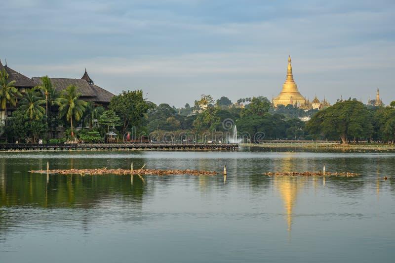 Shwedagon pagoda od kandawgyi jeziora, Yangon, Myanmar zdjęcia stock
