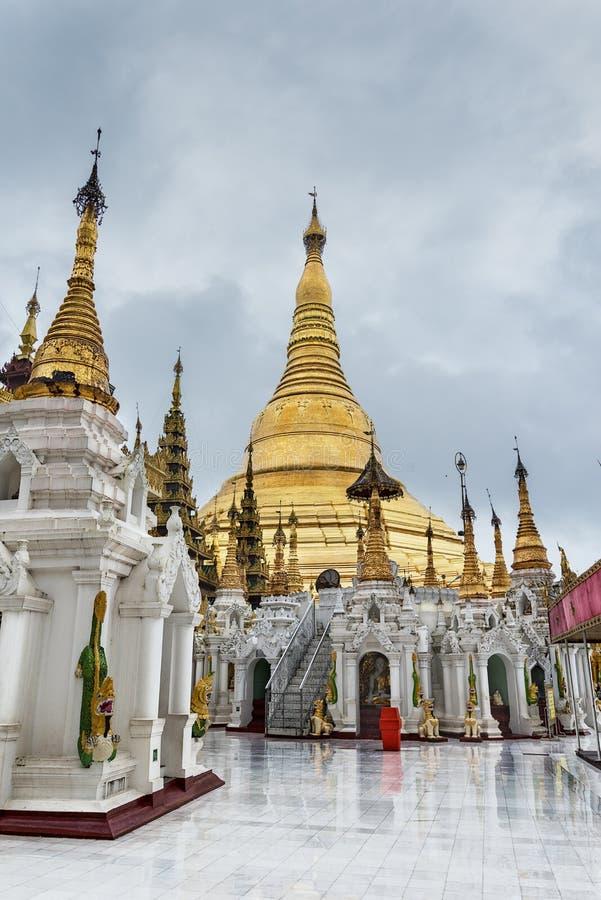 Shwedagon pagoda på en regnig dag Yangon, Rangoon, Burma, Mianmar royaltyfri fotografi