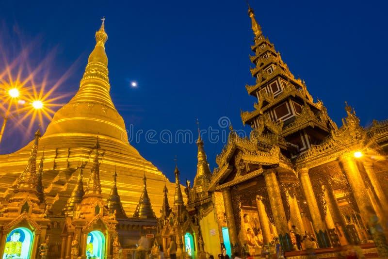 Shwedagon pagoda przy nocą zdjęcia stock