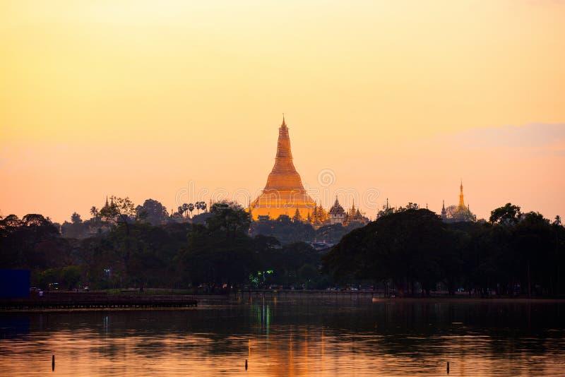 Shwedagon Pagoda vid solnedgång arkivfoto