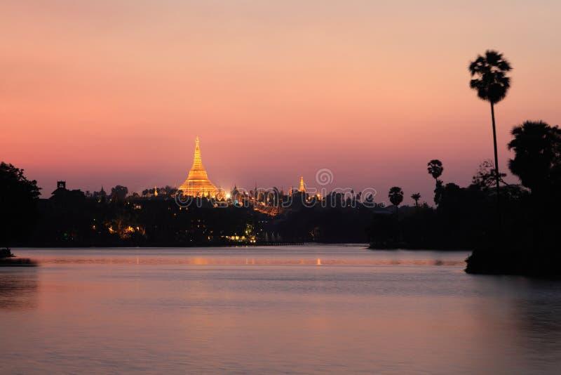 Shwedagon Pagodasolnedgång arkivbild