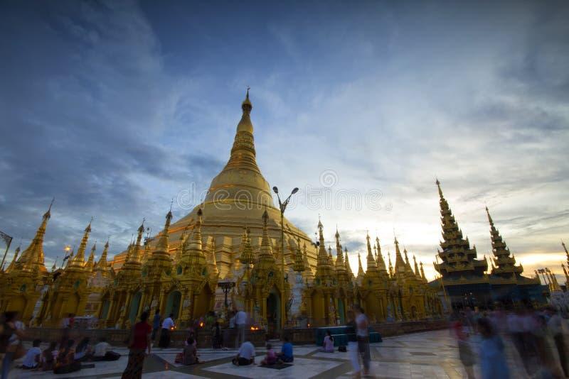 Shwedagon-Pagode am Abend stockbild