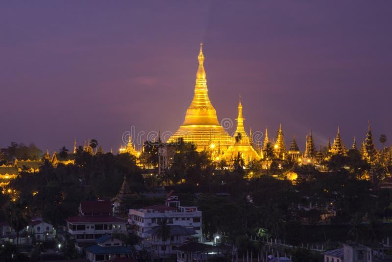 Shwedagon-Pagode von der Stadt nachts stockbild