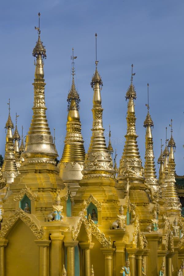 Shwedagon-Pagoden-goldene Helme lizenzfreies stockbild