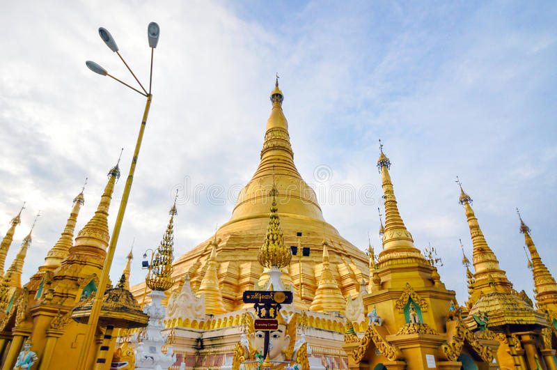 Download Shwedagon Paya в Янгоне, Мьянме Стоковое Изображение - изображение насчитывающей sightseeing, крыши: 40590927