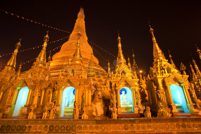 Shwedagon Paya alla notte, Yangoon, Myanmar. fotografia stock libera da diritti