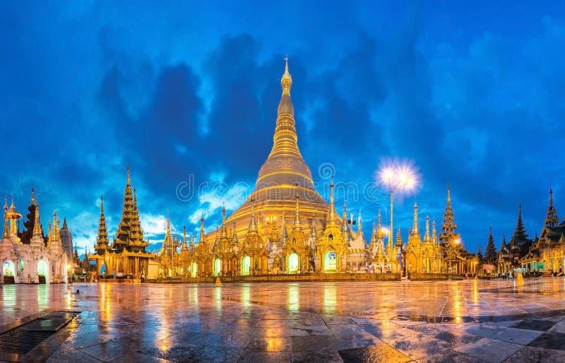 Shwedagon in schemering royalty-vrije stock foto