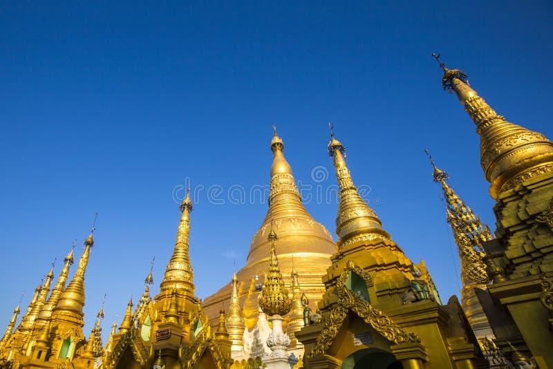 Shwedagonpagode met blauwe hemel yangon royalty-vrije stock foto
