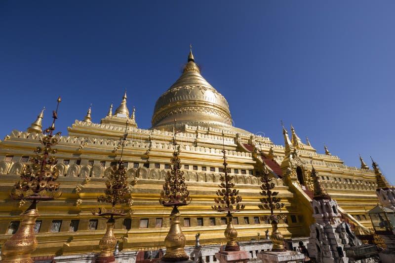 Shwezigon塔或Shwezigon与阳光的Paya是佛教寺庙 免版税库存图片