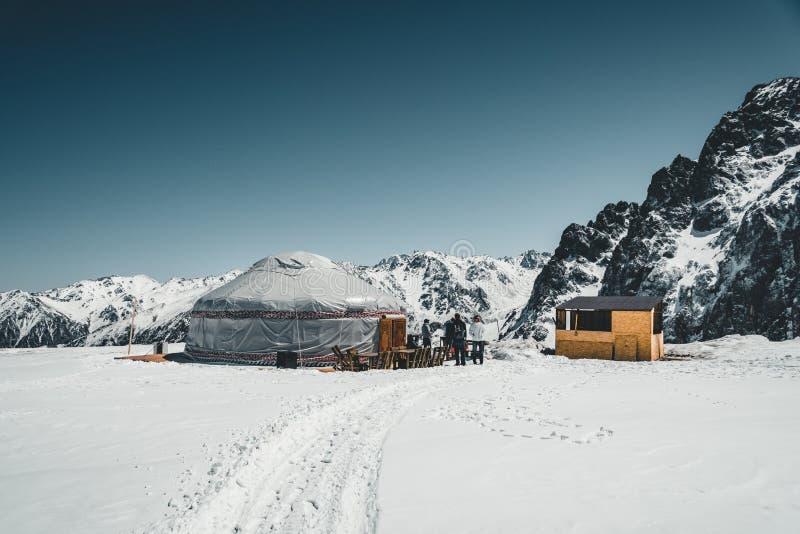 Shymbulak Ski Resort i Almaty berg med traditionell yurt nu-korkade Tian Shan i den Almaty staden, Kasakhstan, central arkivbild