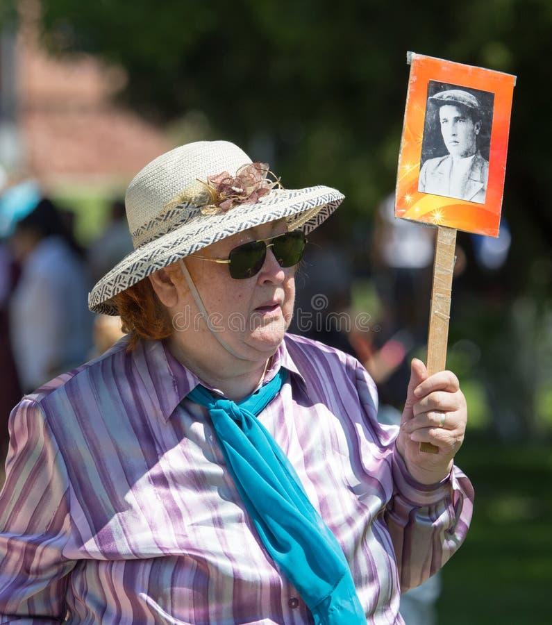 Shymkent KAZACHSTAN, Maj, - 9, 2017: Nieśmiertelny pułk Ludowi festiwale ludzie Uczta zwycięstwo rewolucjonistka obrazy stock