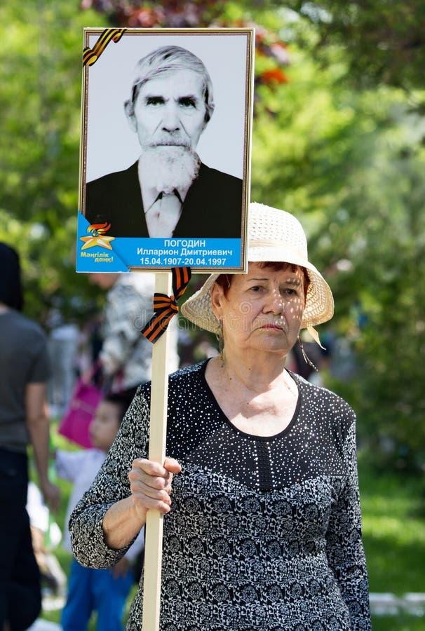 Shymkent, KAZAJISTÁN - 9 de mayo de 2017: Regimiento inmortal Festivales populares de la gente El banquete de la victoria del roj fotos de archivo libres de regalías