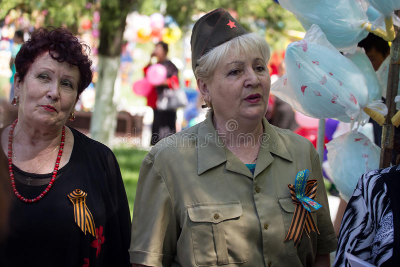 Shymkent, KAZAJISTÁN - 9 de mayo de 2017: Regimiento inmortal Festivales populares de la gente El banquete de la victoria del roj imagenes de archivo