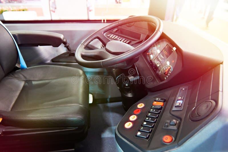 Siège conducteur et volant avec le tableau de bord de l'autobus photos libres de droits